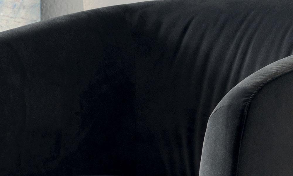 深いシートと包み込まれるような背クッションは極上のリラックスタイムを提供します。