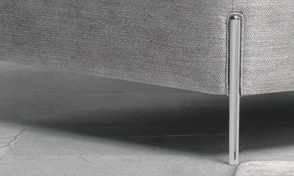 すっきり細めのメタル脚もこのアンテプリマのデザインの一部となっています。