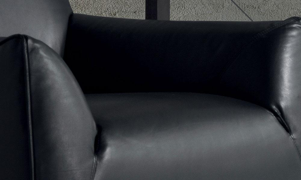 体を包み込むような快適な座り心地、斬新なデザインです。