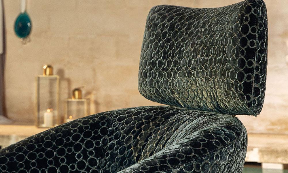 ハイバックの背もたれと、丸みを帯びたデザインにより、包み込まれるような座り心地です。