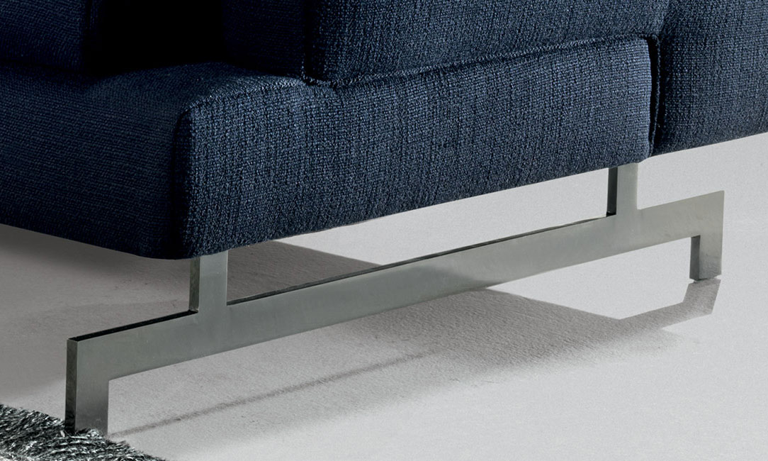 脚部のデザインが特徴であり、アームレストとベース部の交差部が美しいソファです。