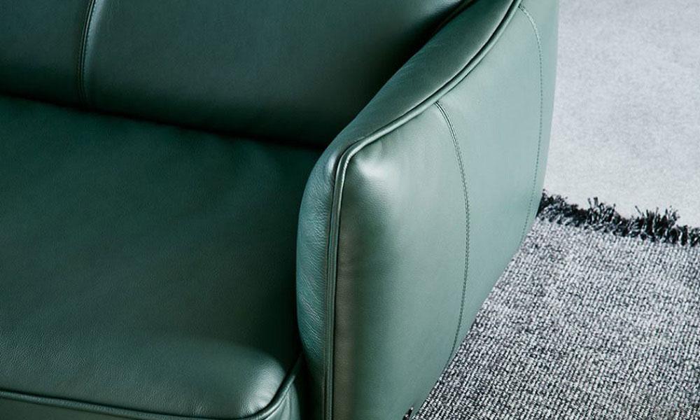 うすいアームレストによって、座面が広く感じられます。
